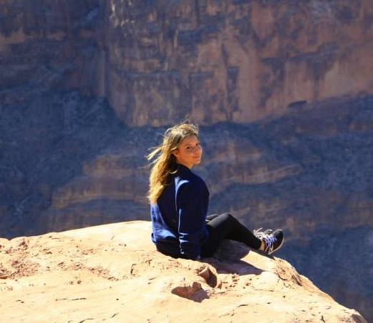 girl travelling over the grand canyon